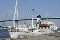 大阪 天保山ハーバ-ビレッジに外国貨物船が停泊