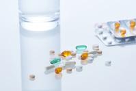 医薬品とコップに入った水
