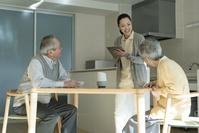 ホームヘルパーの問診を受ける老夫婦
