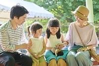 動物と触れ合う日本人家族