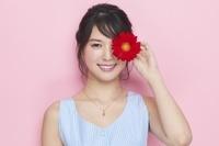 ガーベラの花を持つ日本人女性