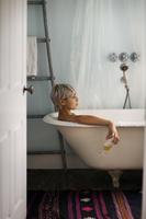 バスルームの若い女性