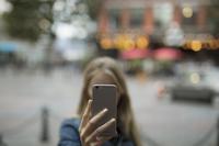 スマートフォンを見る若い女性
