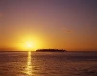 タヒチ・ボラボラ島 島影と夕日