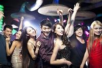 ナイトクラブで踊る人々