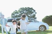 車から走り出す日本人の子供達