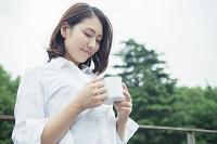 マグカップを持つ20代日本人女性