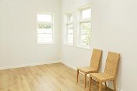 窓と椅子のある明るいリビング