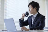 コーヒーブレイクをする日本人ビジネスマン