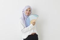 扇子を持つムスリムの女性