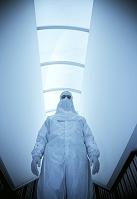 隔離スーツを着た科学者