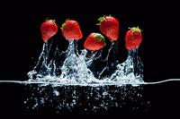 水中より飛び出したイチゴ