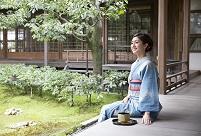 縁側に座る着物の日本人女性
