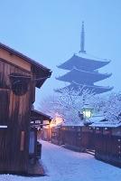 京都府 雪の八坂の塔