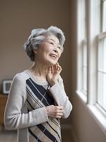 頬に手をあてたシニア日本人女性