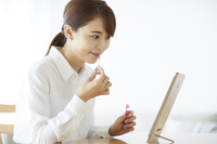 化粧をする日本人女性