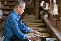 陶芸をするシニア日本人男性の横顔