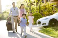 住宅街を歩く家族