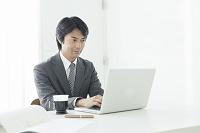 オフィスで仕事をする40代ビジネスマン