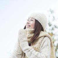 手袋とマフラーをした日本人女性