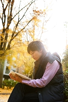本を読む日本人男性