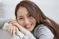 ソファーでリラックスする若い日本人女性
