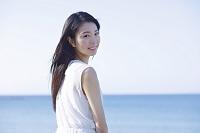 海辺の若い日本人女性