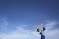 ボールを投げる男の子