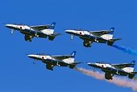 航空自衛隊 ブルーインパルスの曲技飛行