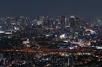 大阪市中心部高層ビル群と高速湾岸線のまたたく光の海