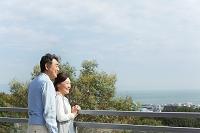 遠くを眺める中高年夫婦