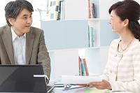 オフィスで働く日本人ビジネス男女