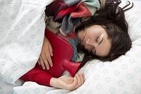 風邪をひいて眠る女性