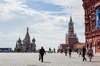 モスクワ 赤の広場 聖ワシリー大聖堂(左)とクレムリン(スパ...