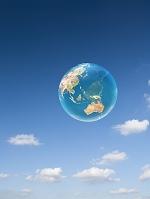 青空と半透明な地球儀
