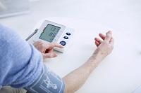 血糖値を計る手元