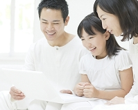 ノートパソコンを見る日本人家族