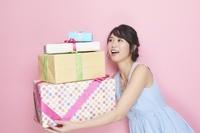 ギフトボックスを持つ日本人女性