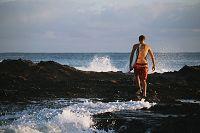 サーフボードを持つ外国人の若者