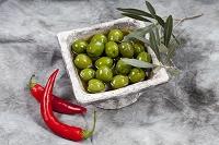 グリーンオリーブの実とチリ