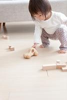 おもちゃの車で遊ぶ日本人の赤ちゃん