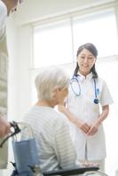 介護老人を診察する医者