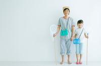 虫捕りに行く日本人親子