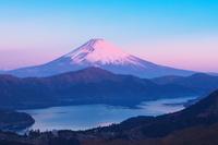 神奈川県 富士山の朝焼けと芦ノ湖