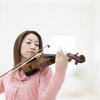 バイオリンを弾く日本人女性