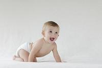 ハイハイする外国人の赤ちゃん