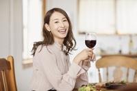 赤ワインを楽しむ日本人女性