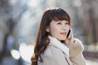 スマートフォンを掛ける日本人女性