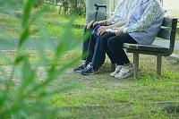 公園ベンチの老夫婦