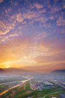 長野県 上田市 千曲公園から望む朝焼けの上田市街と千曲川